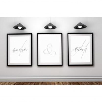 Zestaw trzech plakatów dla pary, zakochanych i małżeństwa personalizowany z możliwością umieszczenia imion narzeczonych oprawione w czarną ramę do powieszenia na ścianie