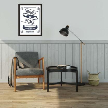 Dekoracja ściany w salonie kobiecy plakat w czarnej ramce